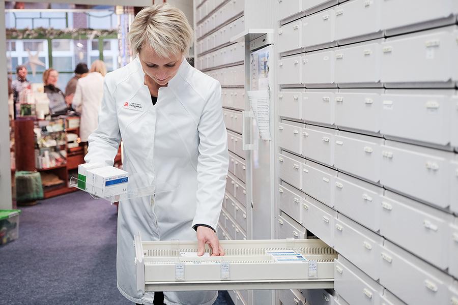 Claudia Wittbold beim Einsortieren der Medikamente
