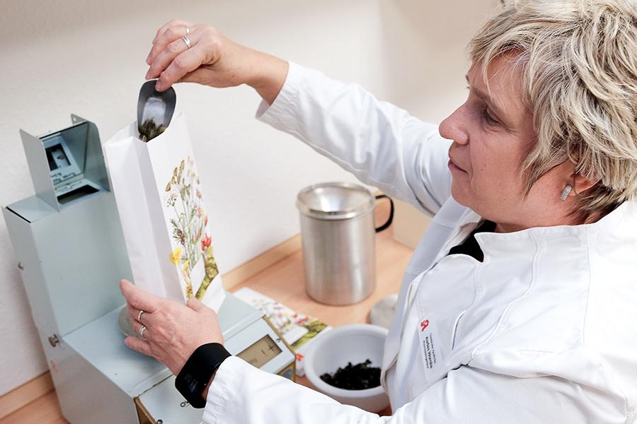 Marlies Warnke bei der Teeherstellung