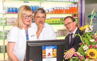Apothekerin Susann Rösel-Jacobasch, der CDU Landesvorsitzende Lorenz Caffier (Bildmitte) und der Präsident der Apothekerkammer Mecklenburg-Vorpommern, Dr. Dr. Georg Engel, beim Besuch in der Apotheke in Friedland.