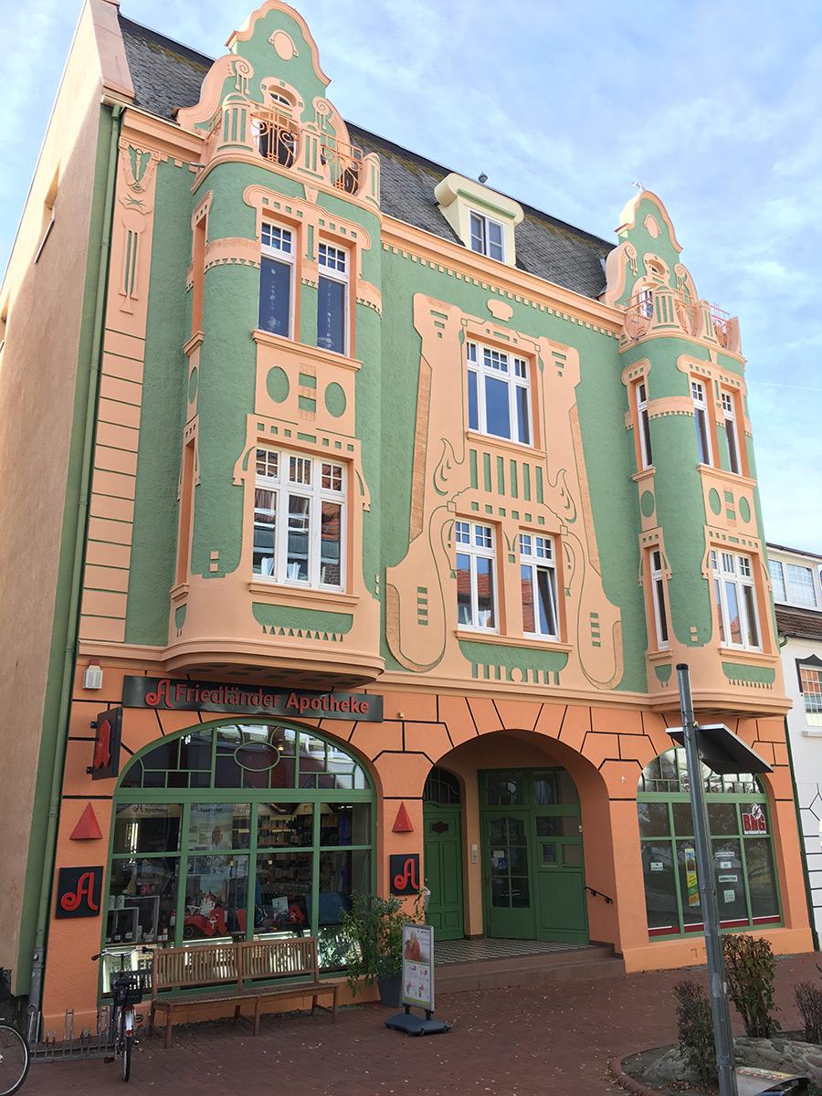 Frisch gestrichen, erstrahlt diese architektonische Perle der Turmstraße jetzt wieder in freundlichem apricot-grün.