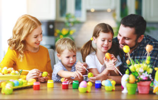Familie bemalt Ostereier - Ostermalaktion 2019 der Friedländer Apotheke
